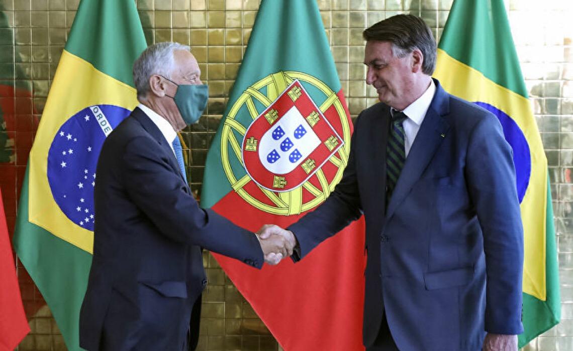 Sem máscara, Bolsonaro recebe visita de presidente de Portugal