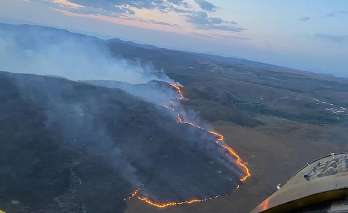 Incêndio na Chapada dos Veadeiros já correu 20 quilômetros, ilhou turistas e mobiliza 3 aviões