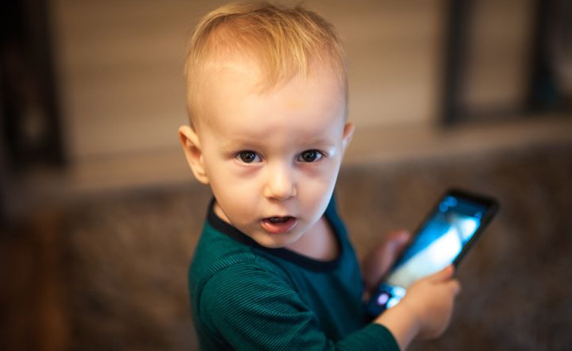 Pediatras alertam; exposição excessiva de crianças em redes sociais pode causar danos