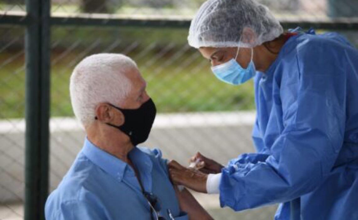 Dose de reforço para idosos com 80 anos ou mais começa nesta terça-feira no DF