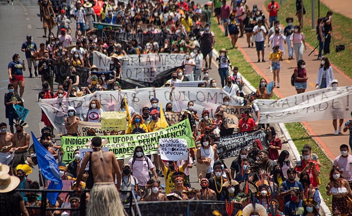 Em Brasília, estudantes denunciam cortes de bolsas pelo Ministério da Educação
