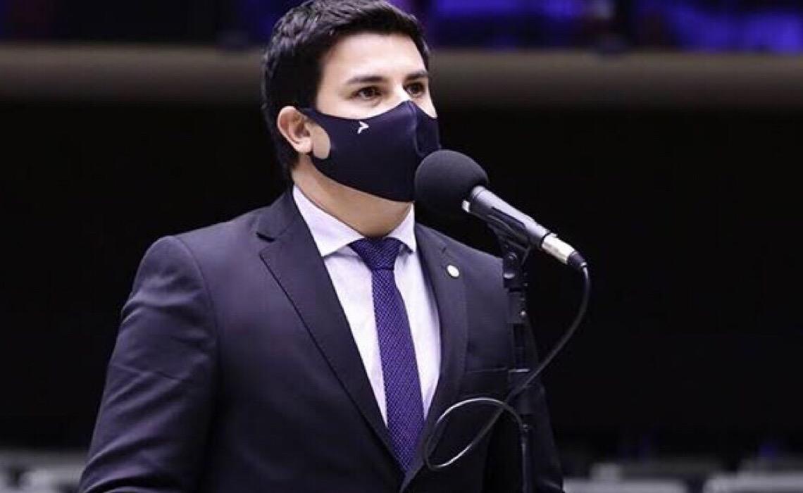Deputado critica veto de Bolsonaro à distribuição gratuita de absorvente feminino