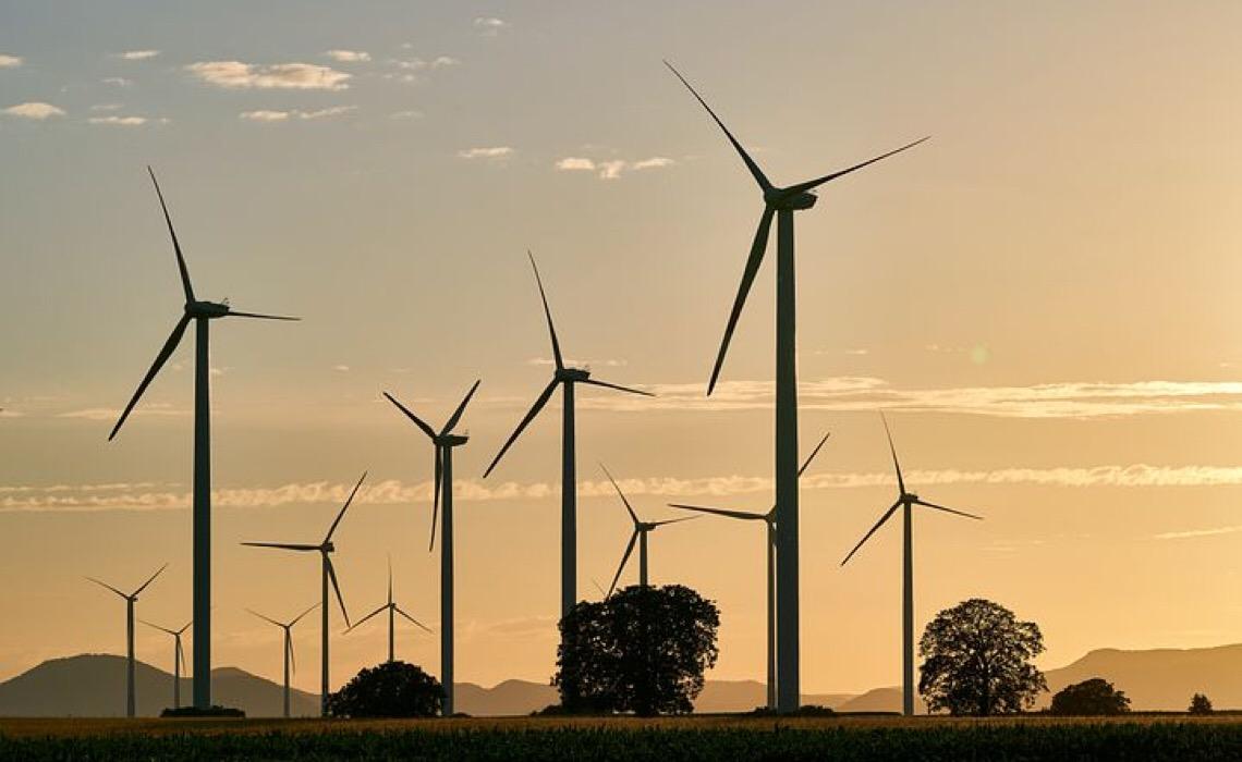 Falta de investimento em energia limpa compromete luta contra as alterações climáticas e a pobreza