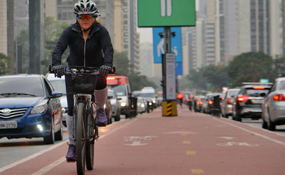 Gestão do trânsito no Brasil ainda é focada no carro e não no cidadão ou ciclista, diz ativista