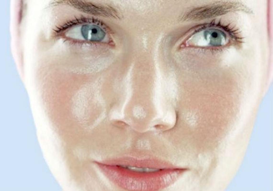 Conheça as causas do excesso de oleosidade da pele facial e os cuidados que se deve ter com a pele oleosa