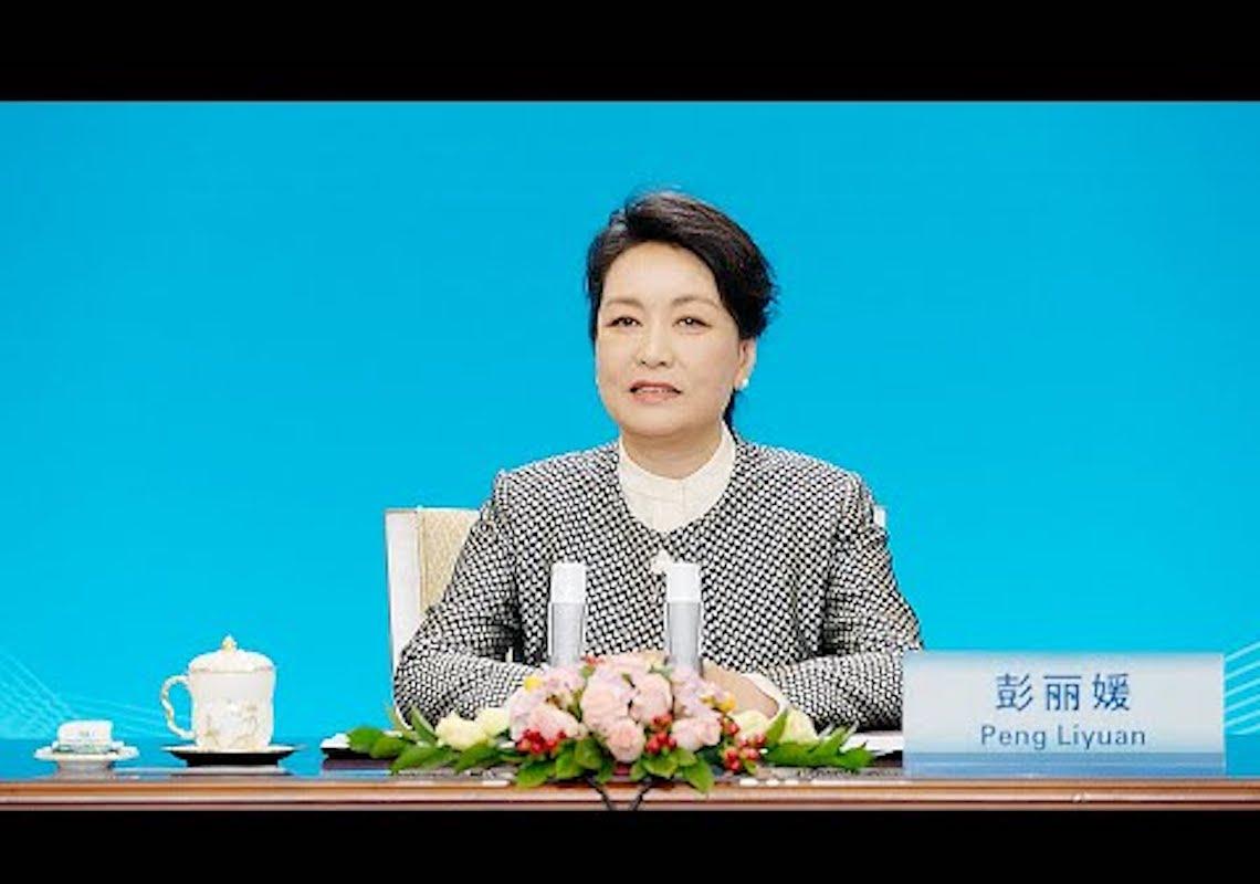 Peng Liyuan participa da cerimônia de premiação da UNESCO para a educação de mulheres e meninas