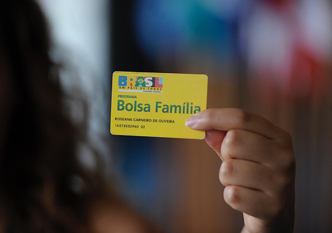 Ao completar 18 anos, o Bolsa Família beneficia 44 milhões, mas está prestes a ser desfigurado