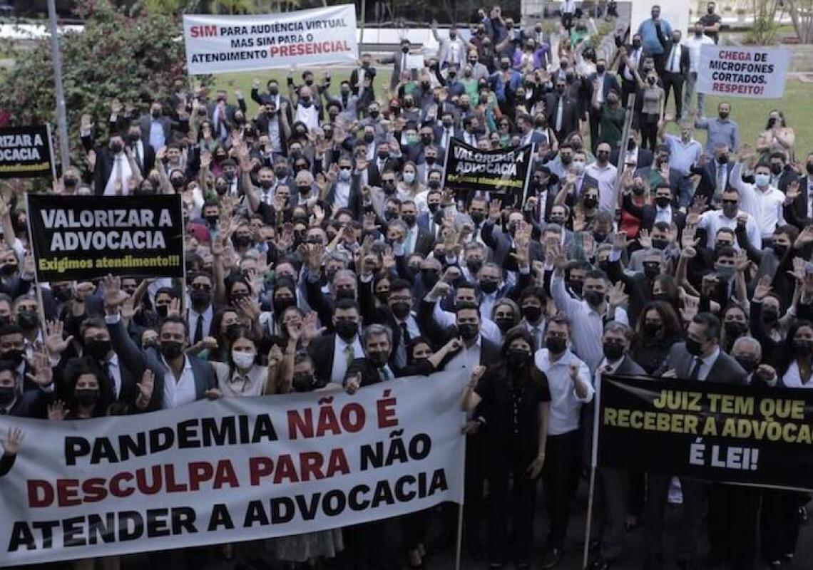 Protesto de advogados em Brasília exige juízes de volta ao trabalho presencial