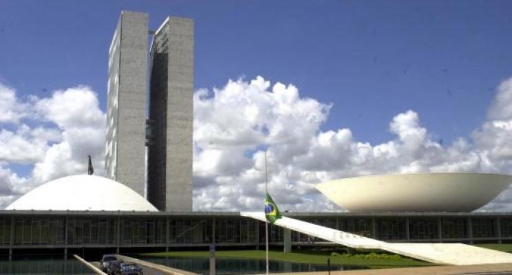 Que os brasileiros acordem a tempo de evitar mais um desastroso retrocesso e passem o rodo nos vigaristas