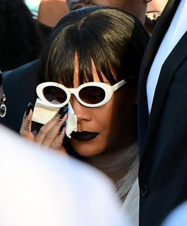 Rihanna em lágrimas no funeral do primo assassinado