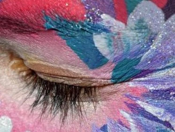 Carnaval: Uso de glitter nos olhos e pintura da barba requer cuidados
