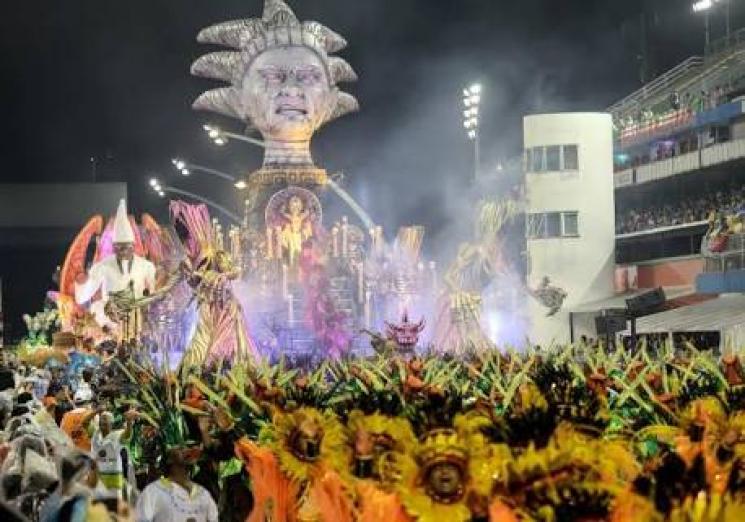 Em meio a tantos problemas, brasileiros nunca deixaram de festejar carnaval. E isso não é alienação