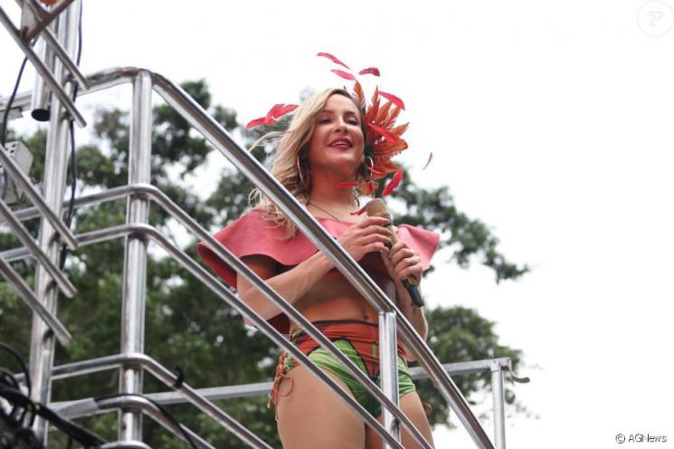 Claudia Leitte estreia bloco em SP e incidente com tapume surpreende