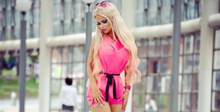 Adolescente tcheca transforma-se em verdadeira boneca Barbie