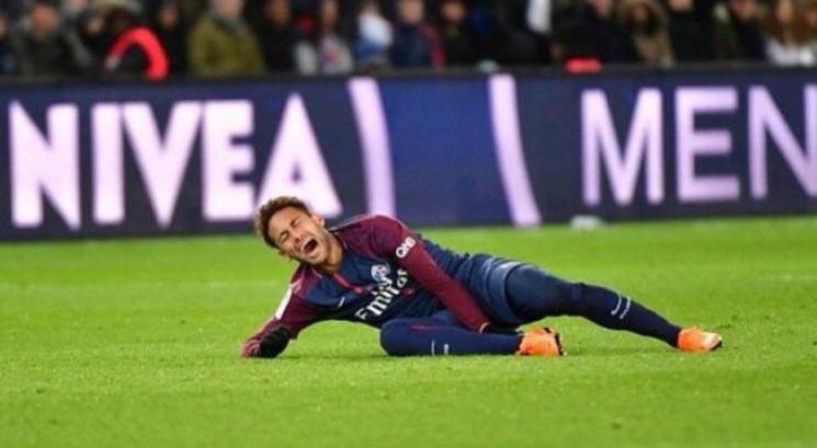 Neymar decide passar por cirurgia no pé e só volta um mês antes da Copa do Mundo
