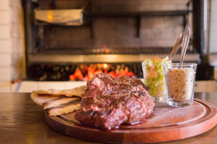 A chef Renata Carvalho reverencia o fogo em todas as suas formas na cozinha