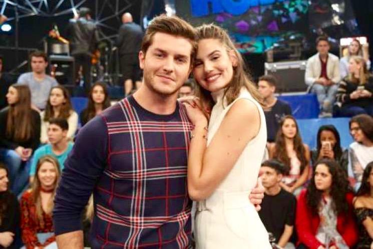 Camila Queiroz revela que já foi traída em namoro e brinca: 'Quem nunca, né?'