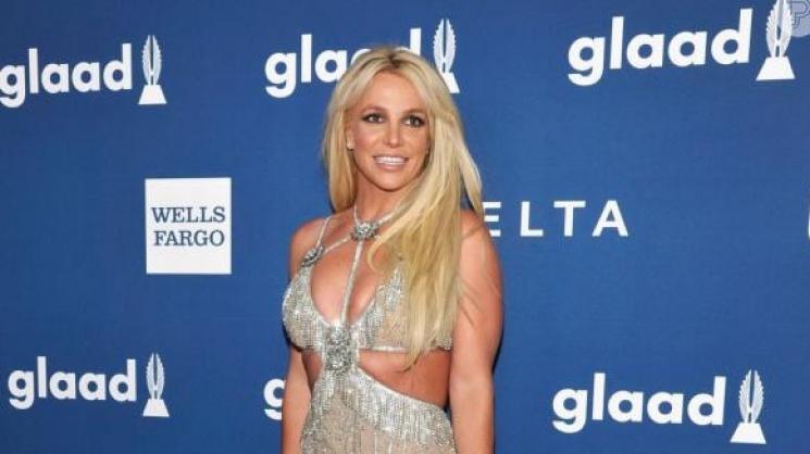 Britney Spears exibe corpo definido em look curto durante prêmio LGBTQ
