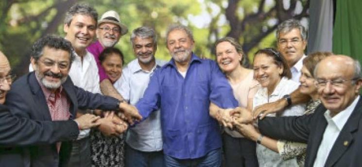 Senadores vão visitar Lula nesta terça-feira