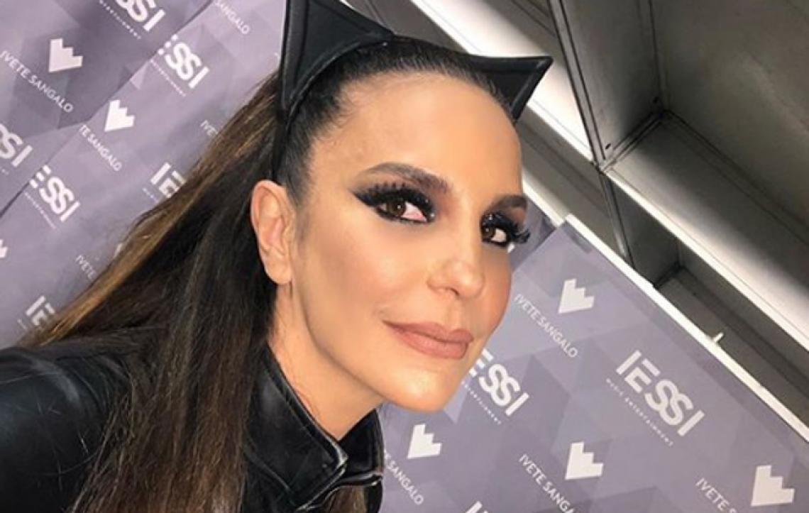 Fã invade palco de Ivete Sangalo. Vestida de Mulher-gato ela pede para soltar o fã