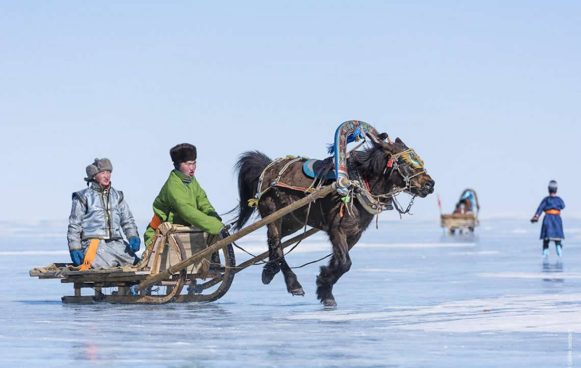 Frio é pouco: fotógrafa registra o incrível festival em um lago congelado na Mongólia