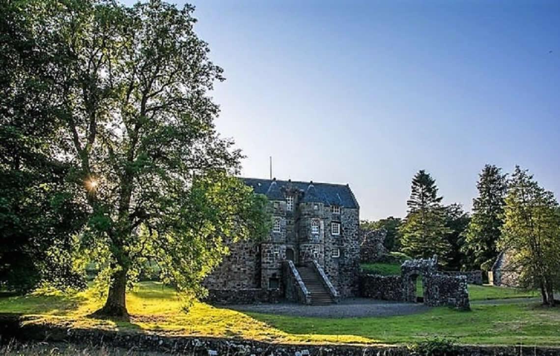 Castelo medieval do século 12 vira hospedagem de luxo com diária a R$ 725