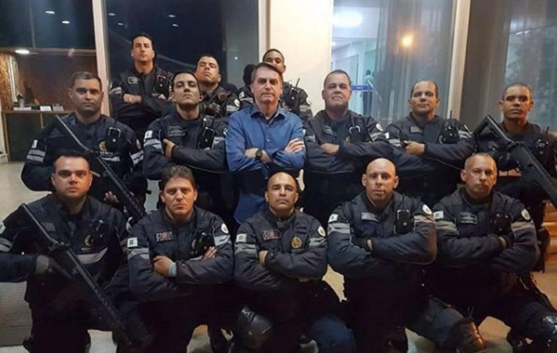 Batedores da PMDF posam para foto com Bolsonaro