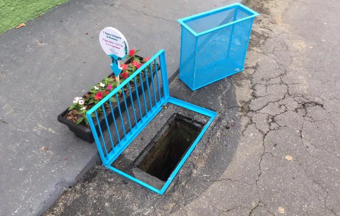 Morador de Blumenau instala sistema que barra resíduos em bueiro