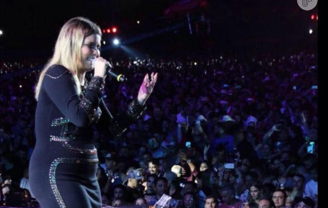 Marília Mendonça escolhe vestido justo e sapato grifado para show
