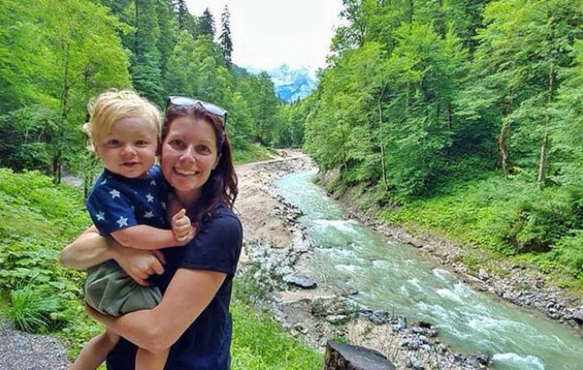 Em decisão radical mulher larga emprego e casa fixa para viajar o mundo com a família