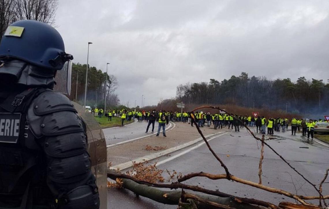 'Coletes amarelos' iniciam novos protestos em Paris
