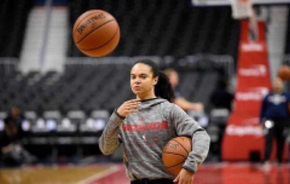 Atleta da WNBA, Kristi Toliver, a treinadora assistente da NBA que é paga como aprendiz