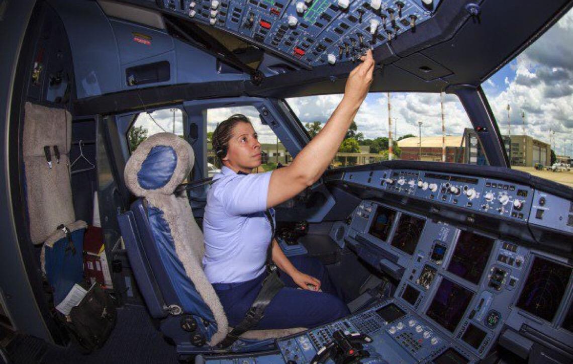 Capitão Carla Borges, pilota da aeronave presidencial foi 1ª mulher no Esquadrão Escorpião