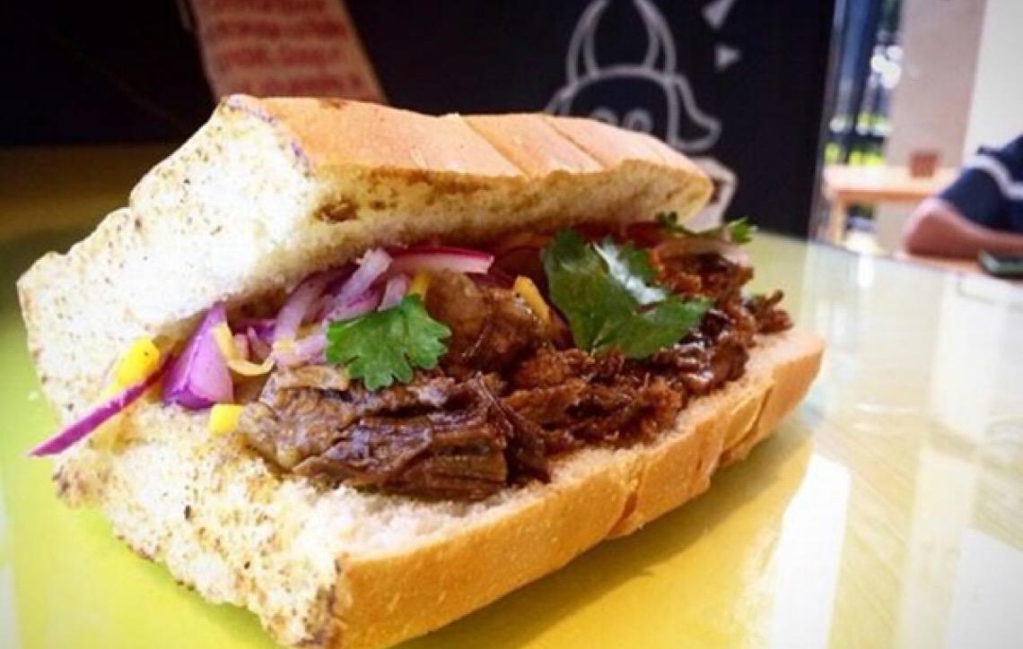 Bomba Junk, na Asa Norte, reinventa o fast food com sabores diferentes