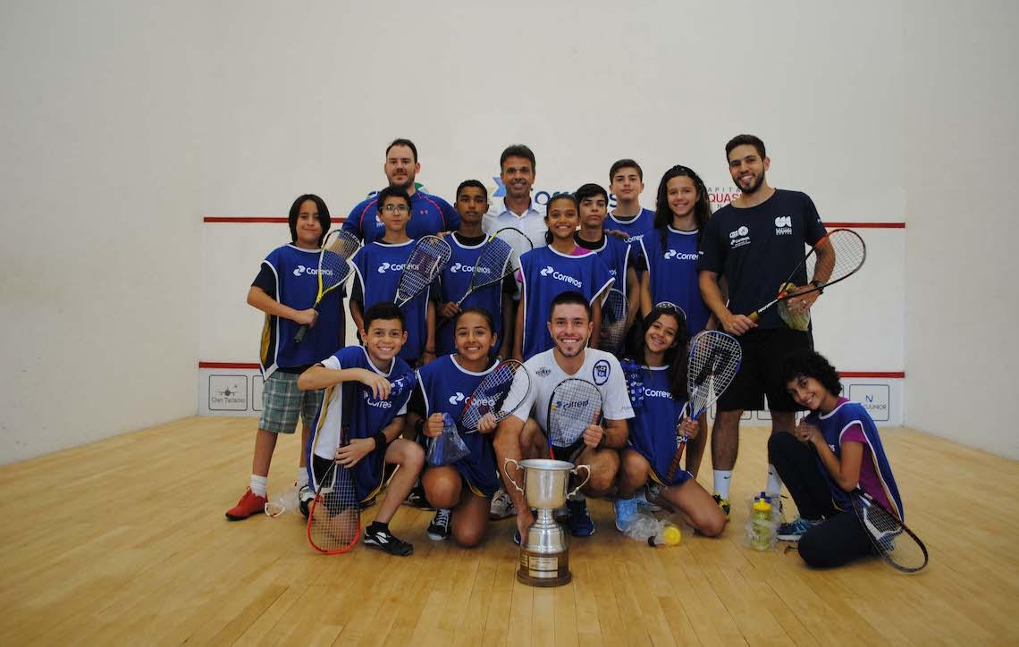Alunos do Projeto Correios, Squash que Transforma treinam com o campeão brasileiro Diego Gobbi