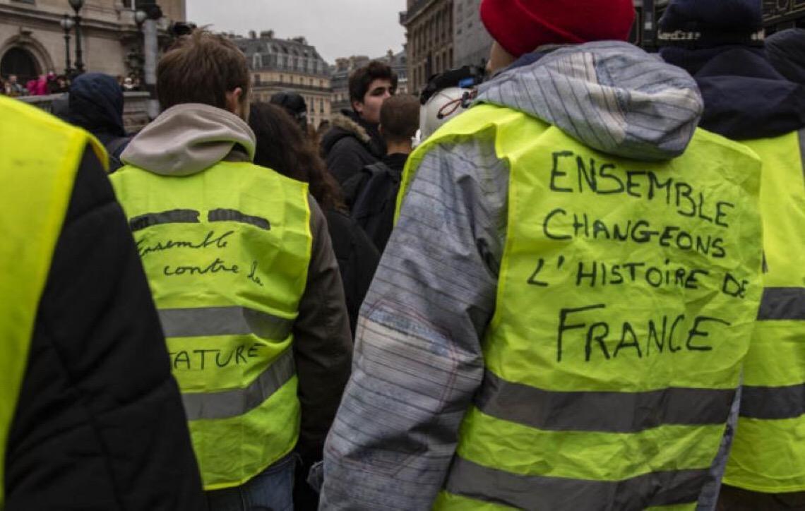 Coletes amarelos protestam na França contra governo Macron e entram em conflito com polícia