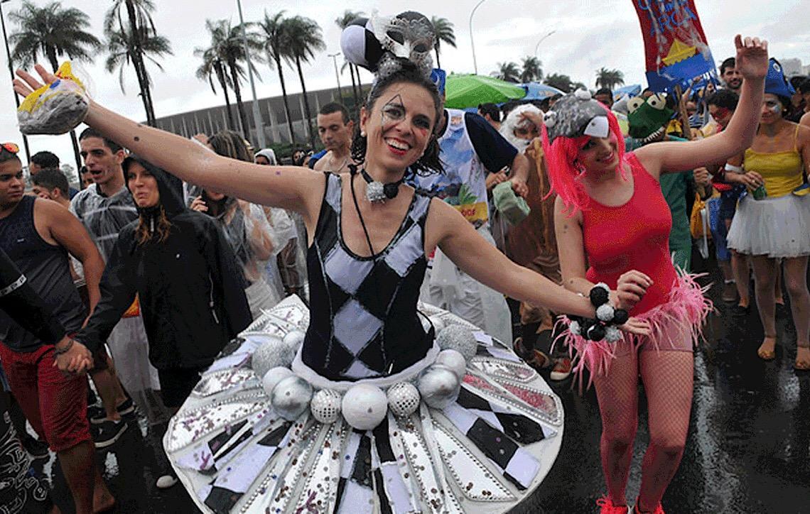 MP do DF restringe trajeto de blocos no Carnaval de Brasília, e Ibaneis Rocha contesta decisão