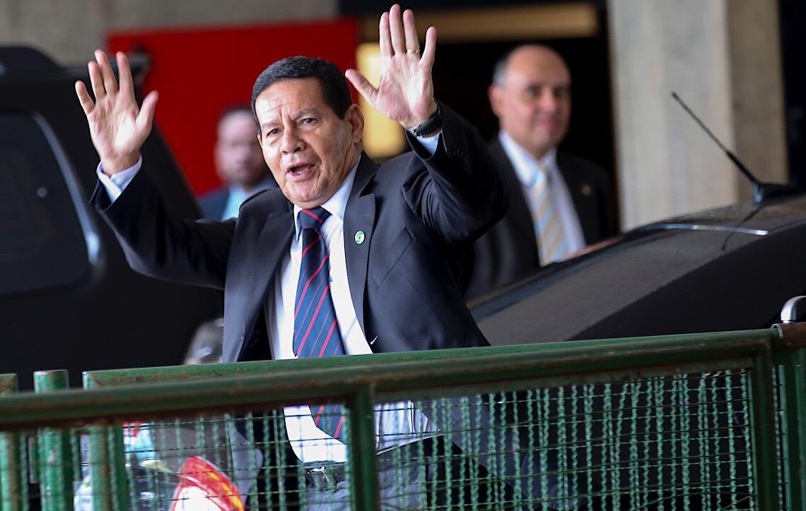Hamilton Mourão diz que 'único problema' de Flávio Bolsonaro é 'o sobrenome'