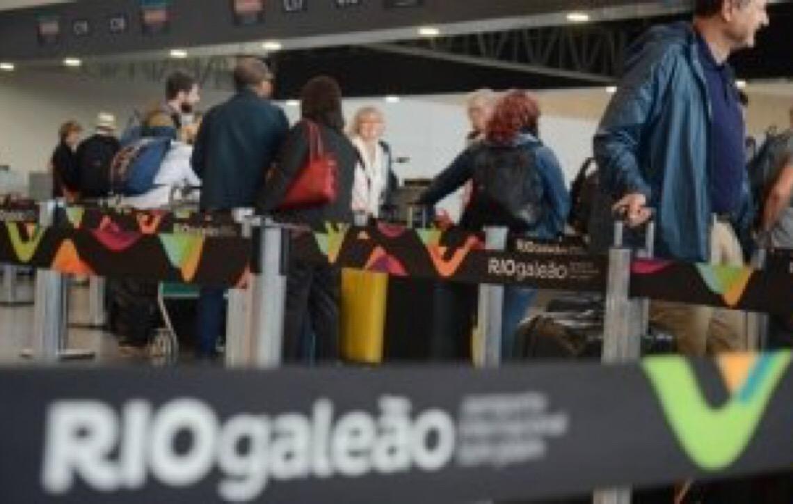 Depois de filas no aeroporto do Galeão, Jair Bolsonaro libera auditores da Receita de revista em aeroportos