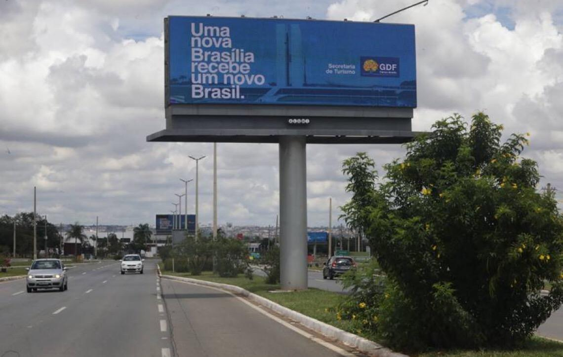 Governador de Brasília desautoriza secretaria e manda retirar propaganda com foto dele