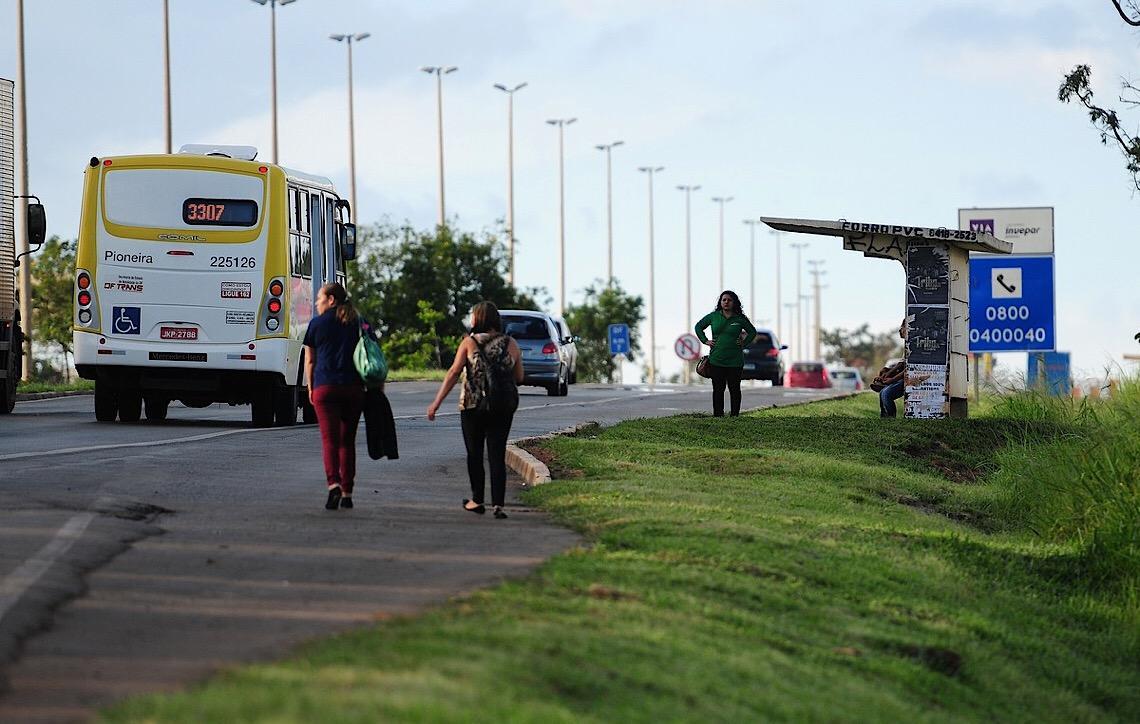 Propaganda em ônibus de Brasília poderia render 34 vezes mais e ajudar a reduzir 'rombo', diz estudo da FGV