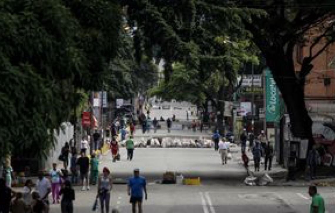 Militares venezuelanos bloqueiam ponte entre Colômbia e Venezuela