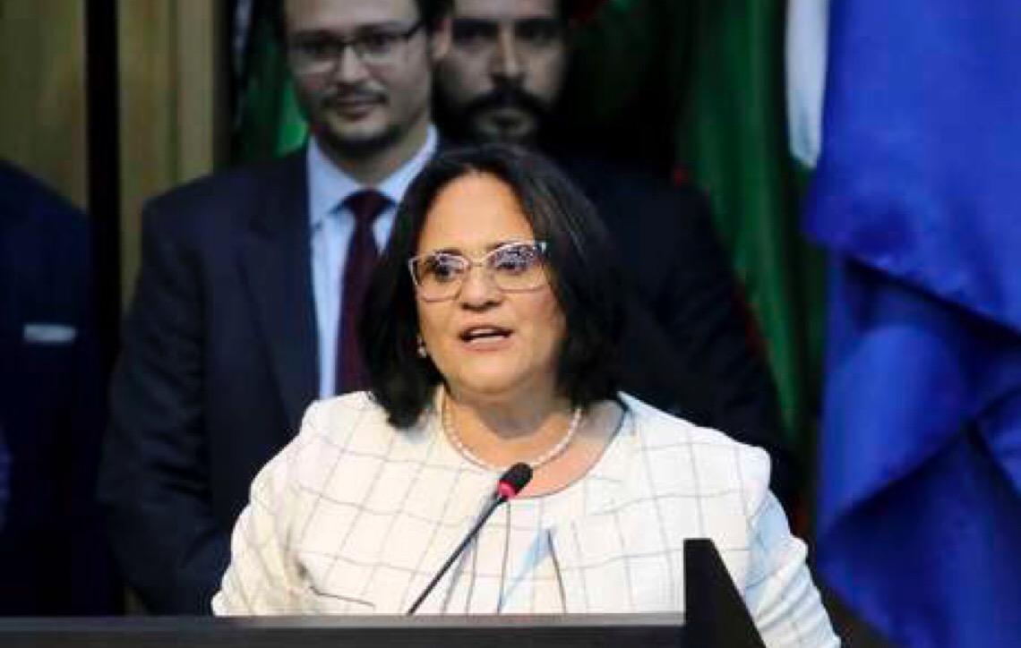 Ministra Damares Alves aconselha pais de meninas a fugirem do Brasil