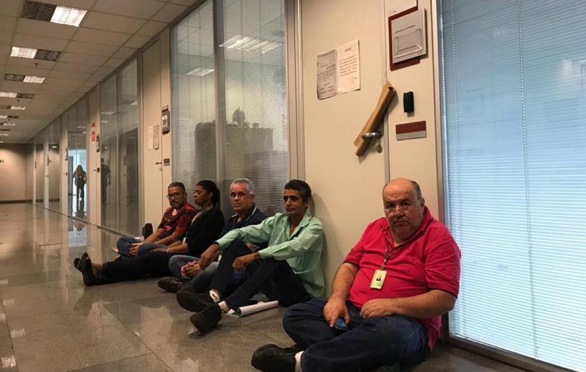 Após despejo, segurança proíbe petistas de ficarem em corredor da Câmara Legislativa em Brasília