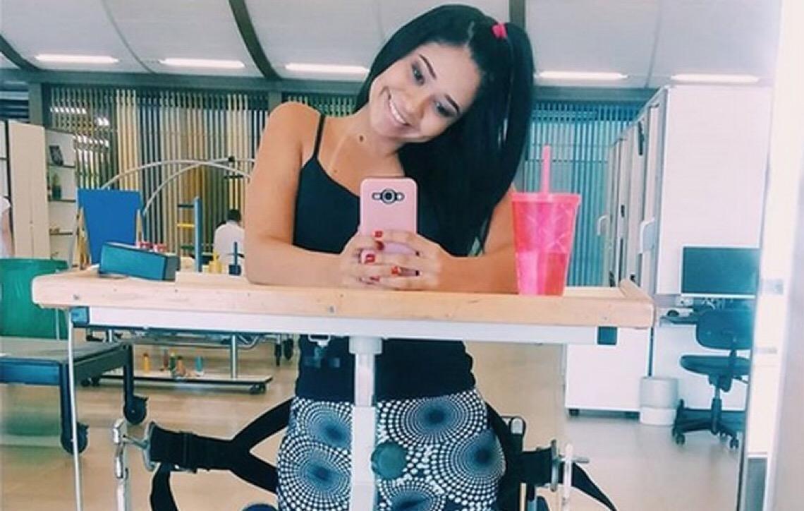 Jovem de Brasília que ficou paraplégica após colocar piercing faz vaquinha pra custear despesas