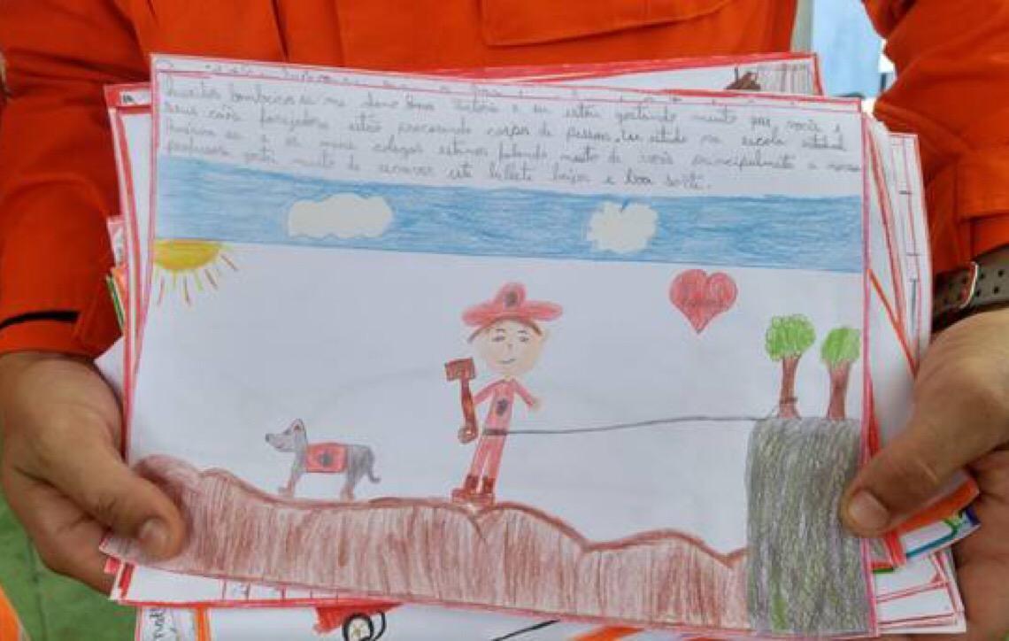 Desenhos de crianças comovem bombeiros em Brumadinho