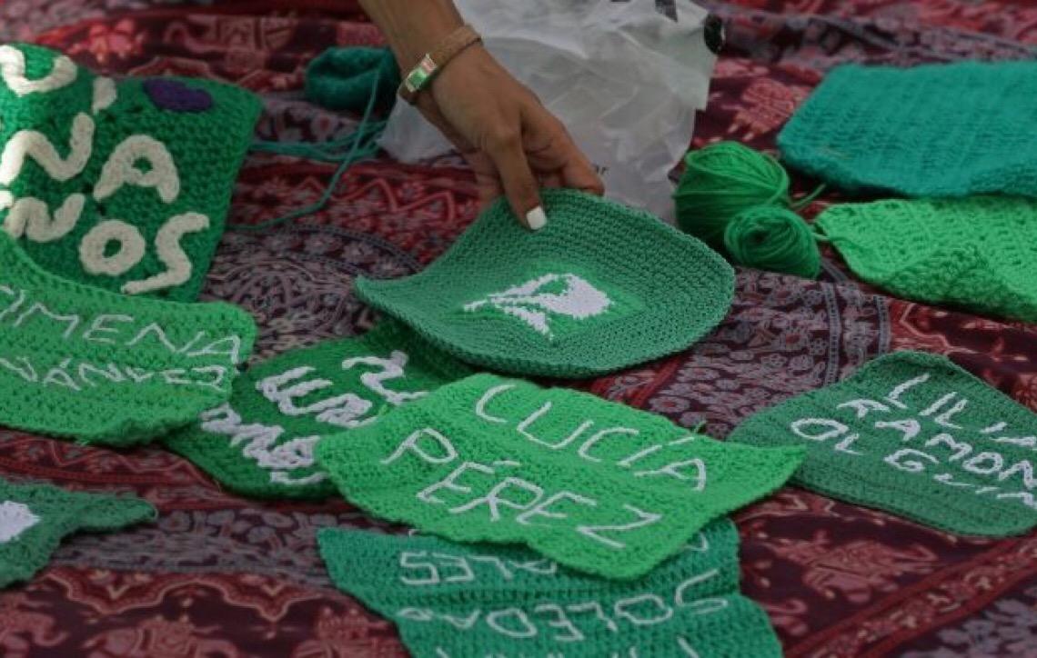 Mulheres na Argentina usam crochê como arma contra o feminicídio