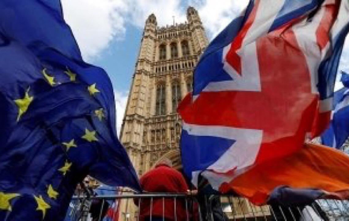 Parlamento britânico aprova adiamento do Brexit, mas rejeita segundo referendo