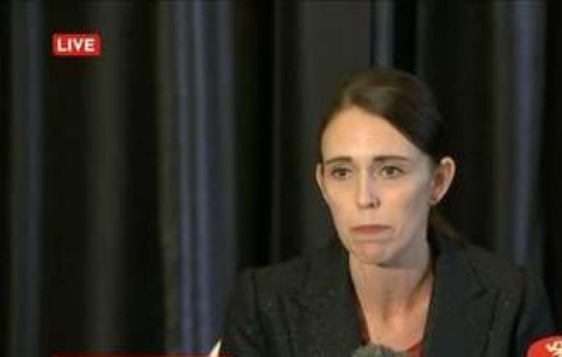 Nova Zelândia: Premiê promete revisar leis após ataques