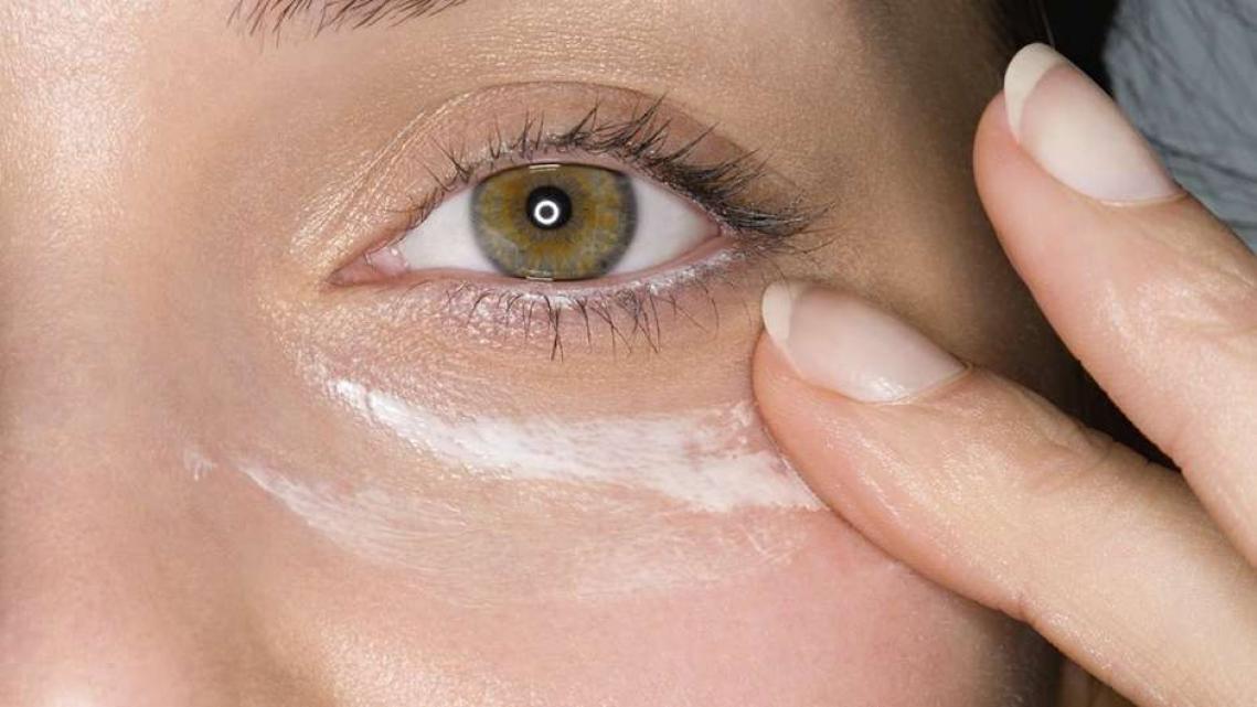 Deixar de passar filtro solar ao redor dos olhos pode aumentar risco de câncer, diz estudo